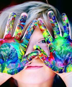 Basteln mit Kindern Kleines Mädchen mit Buntgefärbten Händen