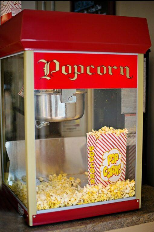 Popcornmaschine mit frischem Popcorn im Nostalgie design
